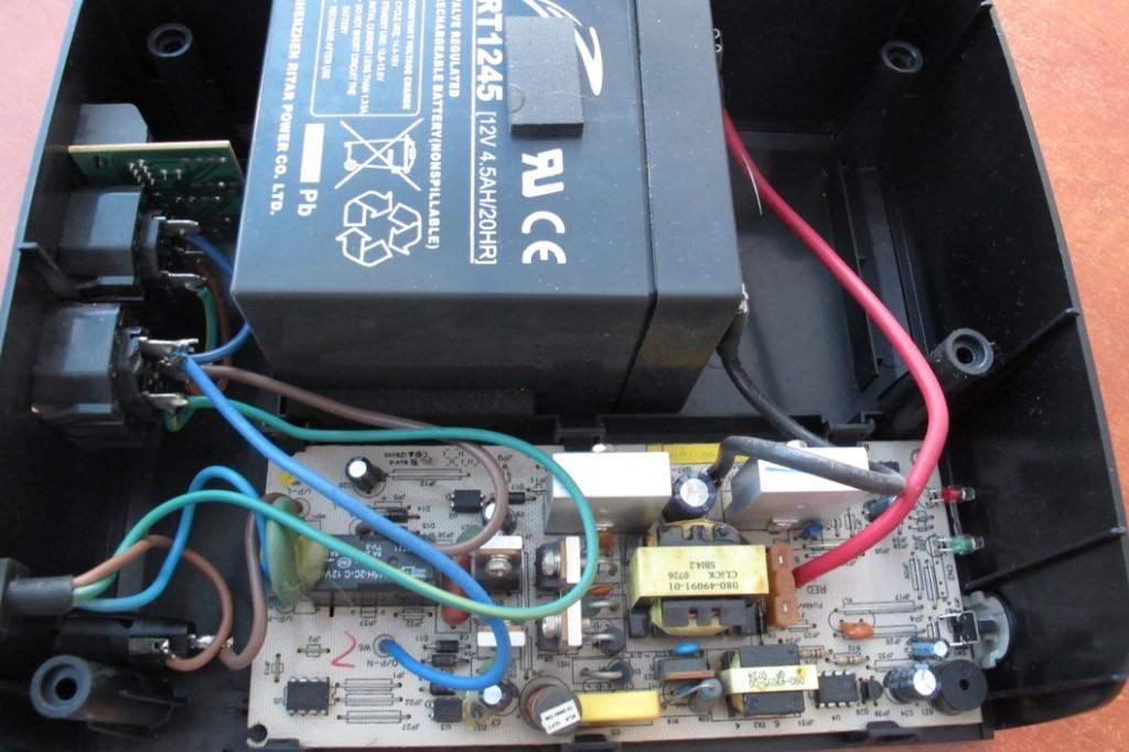 Стабильное питания компьютера это гарантия надежной и долгой его работы. Практически все системы стабилизации напряжения ПК работают на основе источников бесперебойного питания. В каждом ИБП присутствует аккумулятор, который подвержен износу и старению. Аккумулятор для бесперебойного источника питания редко может прослужить более 3-5 лет, и подлежат замене. Замена аккумулятора в ИБП часто производится в сервисных центрах, но никто не мешает заменить АКБ собственноручно. Сегодня мы расскажем, как заменить аккумуляторы в ИБП своими руками. Замена аккумулятора в ИБП Характерным признаком «дохлой» батареи станет снижение длительности работы ИБП от батареи. Если раньше Ваш компьютер мог спокойно проработать 10-15 минут без электричества, а сейчас еле успеваете его выключить, значит, пора менять батарею. Сегодня у нас древний ИБП Mustek Power Must 400, который поступил с диагнозом - UPS не включается, т.к. очень долго лежал без дела, а сейчас стал позарез необходим. Первым делом вскрываем крышку. Как видим внутри совсем небольшой аккумулятор на 12В и 4,5Ач, а рядышком пустого места еще хоть отбавляй, значит, есть место для небольшого тюнинга! Меряем напряжения на клеммах аккумулятора. Всего 1,92В. Батарея UPS – полный труп, такую даже лучше и не пытаться заряжать, необходим новый аккумулятор для бесперебойника. Немного подрезав пластмассовый корпус можно попробовать поставить более емкий аккумулятор, т.к. 4,5Ач это совсем немного. Как видим 7Ач батарея четко стала в корпус. Важно! Соблюдаем полярность. Красный +, черный -. Совет! Новую батарею лучше приклеить на двухсторонний скотч, она при этом не будет гулять в корпусе ИБП. Собираем изделие и включаем. С новым, увеличенным АКБ, этот бесперебойник работает еще лучше, чем из завода - 25-30 минут. На 30 минуте происходит выключение, т.к. присутствует функция Green Mode, хоть батарея наверняка еще не полностью разрядилась.