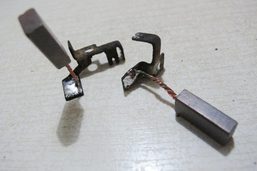 заменить на реле регуляторе щетки